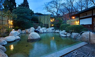 静かに佇む山々を眺め星待つ薄暮れ,源泉かけ流し,湯の山温泉,三重県